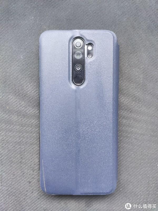 反手装个老干部配色手机壳。老人家不喜欢太亮的外观,强行做旧成接近旧笔记本的样子,比较好接受。