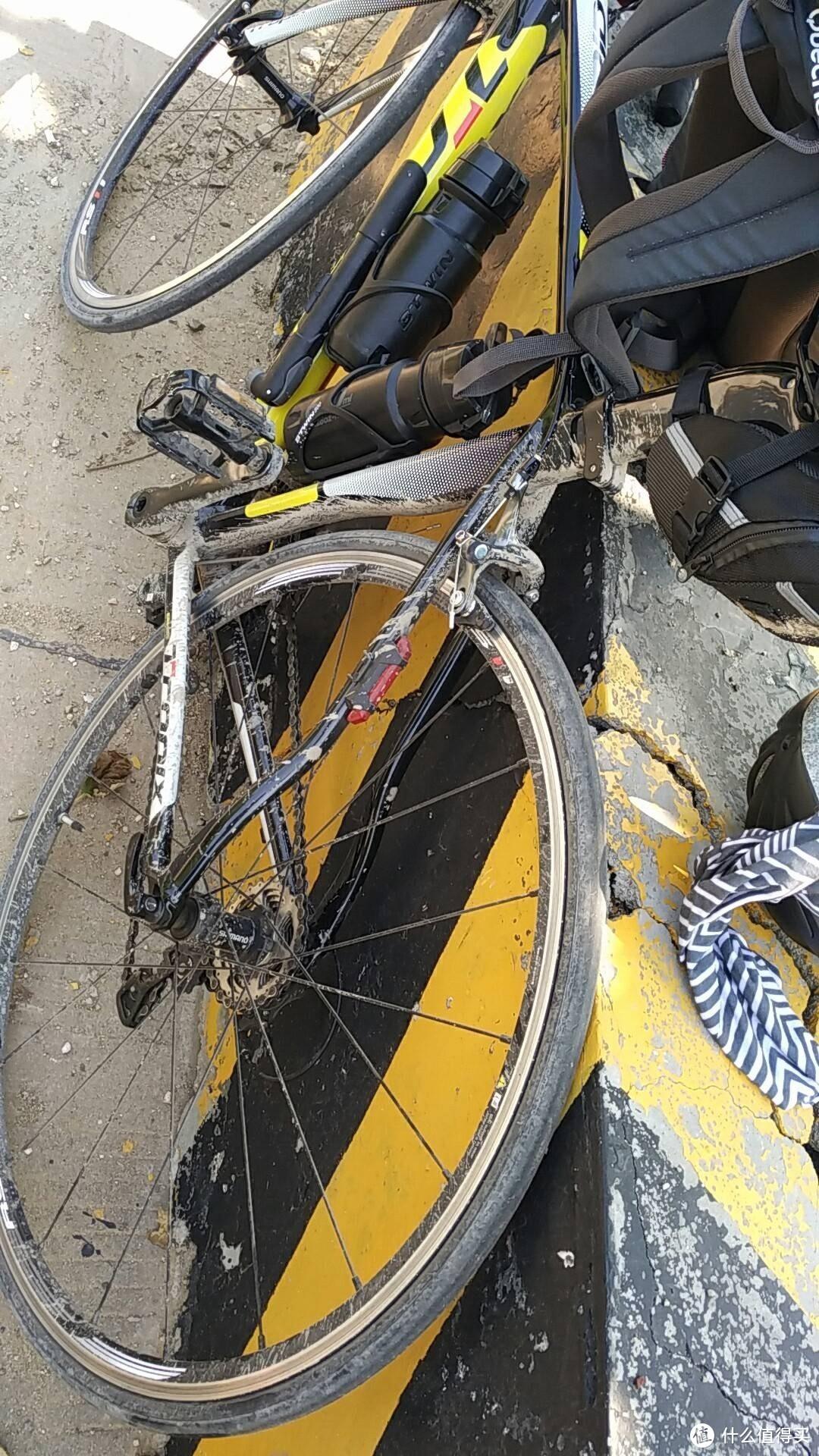 日常骑车被甩一身泥