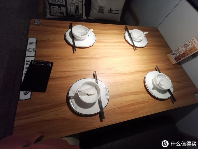 就餐的桌子和餐具