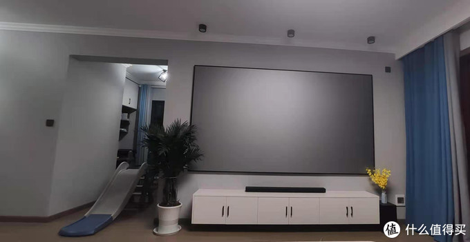 入住后整体观感简洁,播放器和线都在电视柜里。
