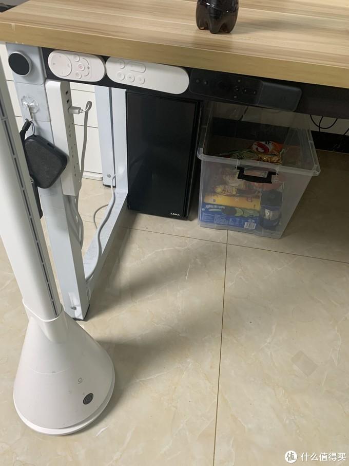 还可以粘贴各种遥控,这边加了一个排插不用怕桌子长接电不方便