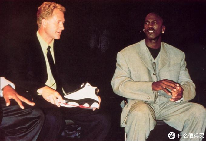 迈克尔·乔丹和球鞋设计师汀克·哈特菲尔德,也是Jump Man logo的缔造者