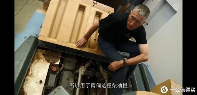 实车的发动机舱内部,两侧是车身油箱。