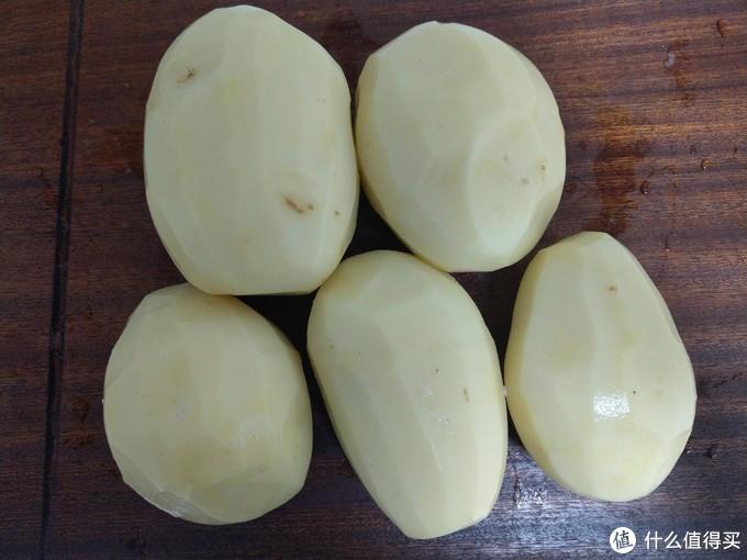 这次买的土豆还挺大的,满满一菜板