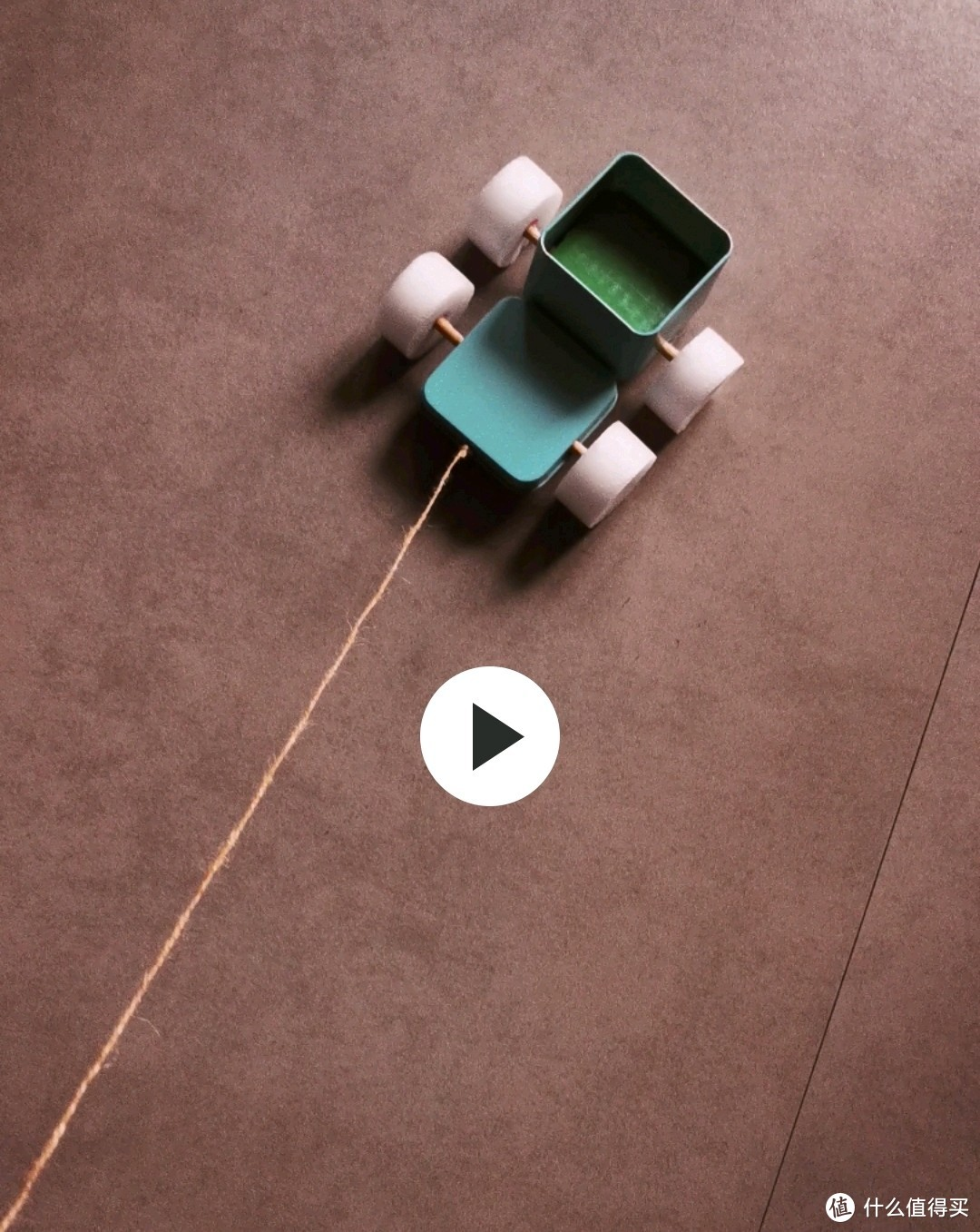 用现有的铁皮盒、竹棍子、泡沫棉做的小货车