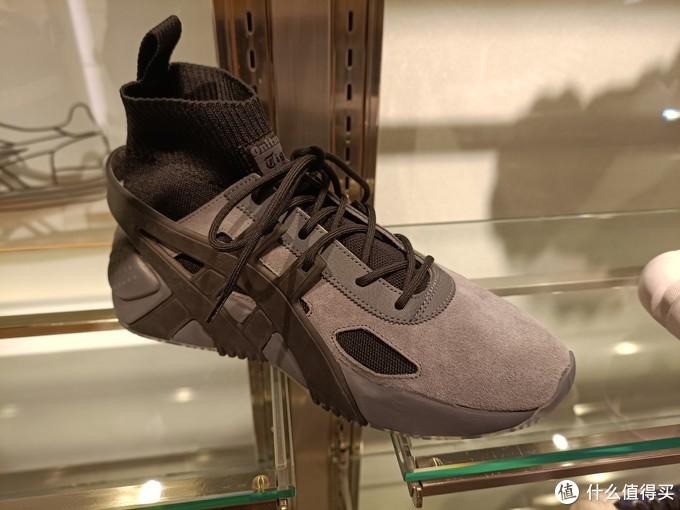 带大家走访日本大阪球鞋圣地心斋桥,特别逛一下亚瑟士(Asics)旗舰店