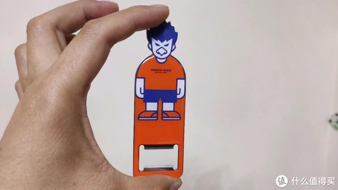 送的开瓶器,也是一个冰箱贴,可以吸附在冰箱上面,无论是图案和设计都很棒!