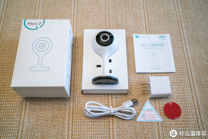 打开包装里面东西一览,摄像头本体、5W的充电头、Micro-USB线、3M双面胶、说明书保卡啥的