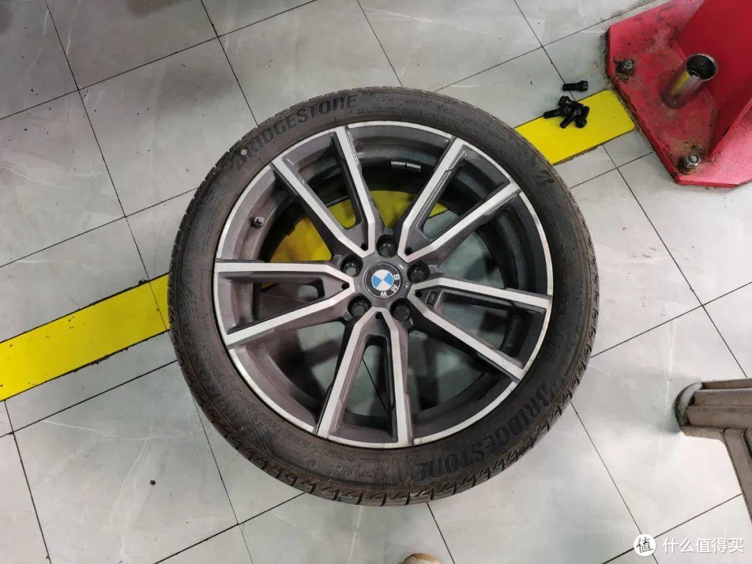 不到2w公里宝马3系防爆胎鼓包,老司机果断选择更换普通轮胎,几百块搞定几千块的事,没毛病