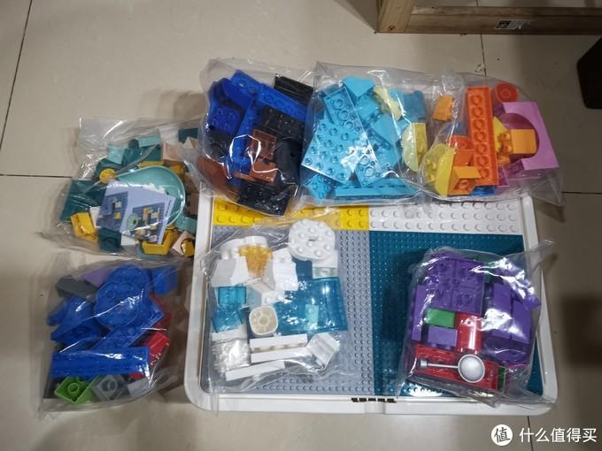 再拆开桌子,送的积木也太多了。这小桌子根本放不下。都是大块积木,先拆两包给孩子玩。