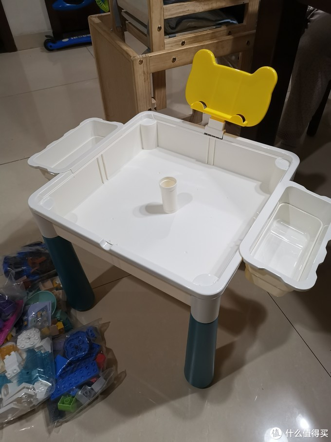 和凳子一样的安装方法,桌子有这个收纳,可以放积木,防止孩子到处乱扔,还可以盛水和孩子玩钓鱼游戏。