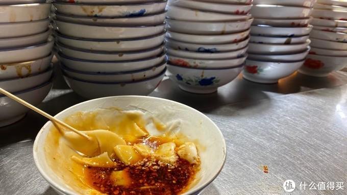 碗托 在碗里抹上一层浆 浇上香油辣 凝固住了像凉皮一样吃 两口就没了 只要三块钱