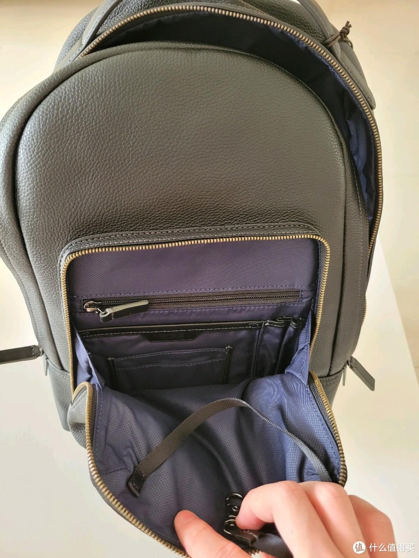 前面口袋还是挺丰富的,对于不怎么装东西的我够用了,还有个钥匙链。。