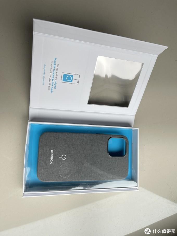 这个手机壳的包装盒也是跟它家的充电器一样的,磁吸开盖,透明面板上有个孔,可以直接用手触摸壳子的材质。