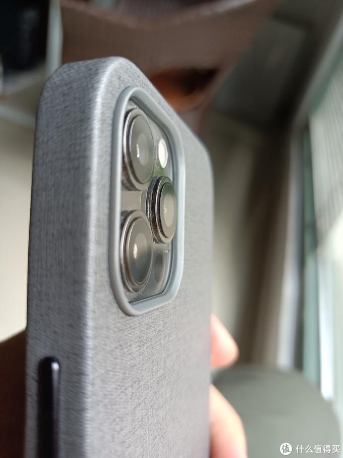 后面镜头框会比镜头高几毫米,有效的保护了镜头