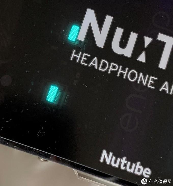 近看可以看到蜂窝状的Nutube荧光管特有的颜色效果
