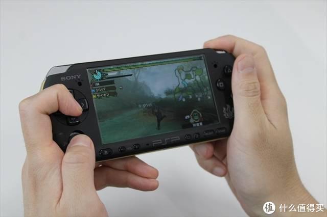 正在使用C手技术的怪猎玩家,左手食指在控制视角
