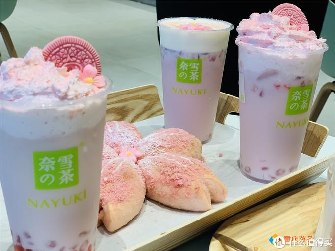 奈雪的茶新品测试:春日限定的奶茶和蛋糕,被粉色的樱花环绕