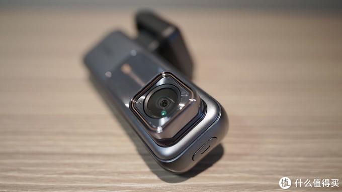 凸出的固定式镜头,F1.8大光圈不算很大,但确保了进光量与清晰度之间的平衡。