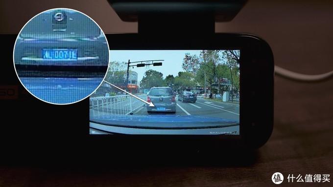肉眼观看屏幕清晰度会比相机拍摄的好得多,但车牌号太小不易识别,需要通过手机回放。