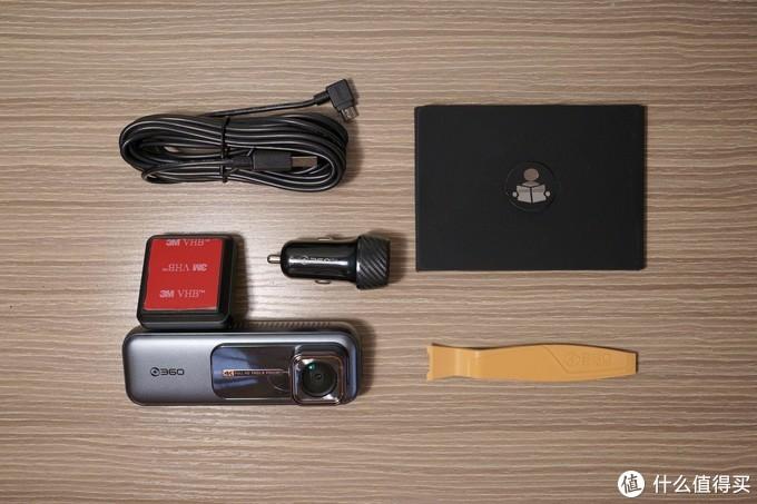 配件齐全,其中说明书、静电贴、擦镜布被单独包装在图中的黑色封套里。