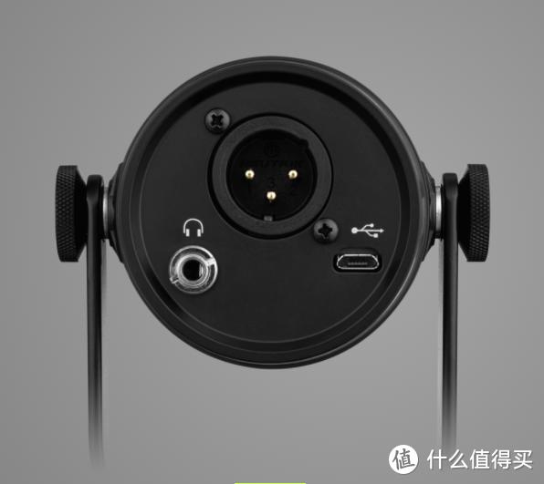 MV7 屁股上的插口:耳机、XLR 和 Micro USB