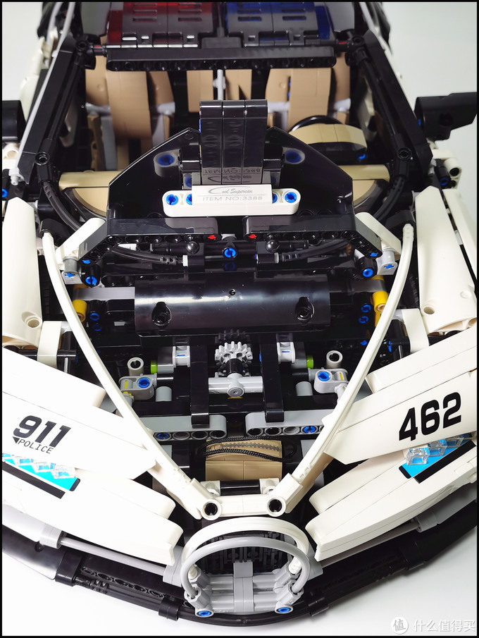 为了在超跑警车里自拍,迪拜飙车党也是拼了……布加迪
