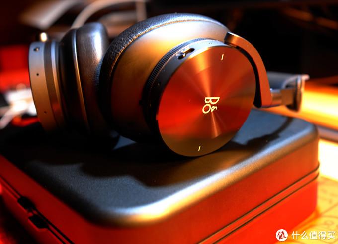 耳机外壳集成触摸操控设计,控制选曲和播放