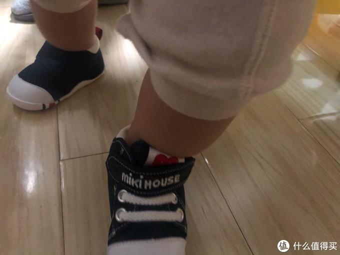 两双鞋对比,模特不太配合