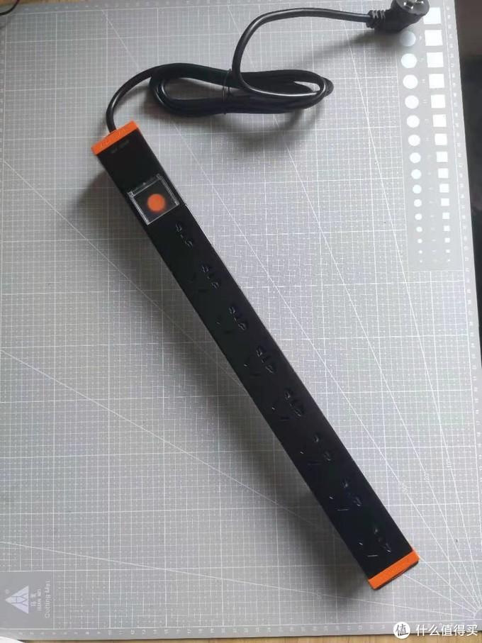 实际到手产品如图,带一个自锁的开关和电源线,不带线的版本只要25,适合动手能力强的人士,我嫌动电烙铁麻烦,买了带线的
