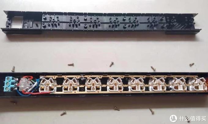 拆开看看内部,全铜条一体化结构在这个价位可以说是绝无仅有的了,美中不足的是左下角电源线的部位是软线连接而不是铜条一通到底,不过也很够了