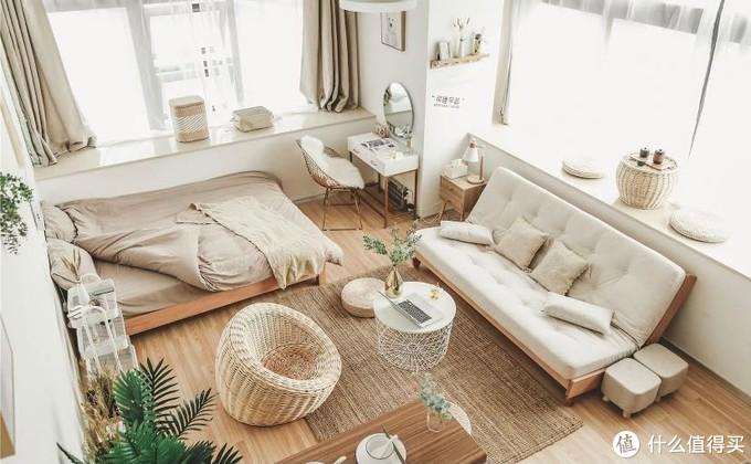 日式以白色咖色为主,家具为原木+藤编