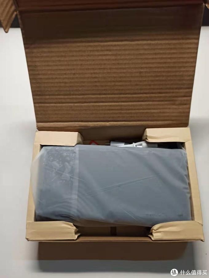 打开纸盒后,本尊就在里面,但是运输过程中有些部分已经被压坏