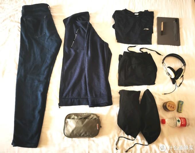下面2坨黑黑的是装进袋子的运动鞋