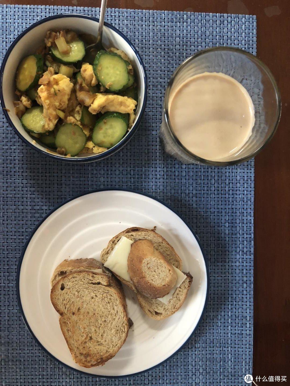早点,黄瓜炒鸡蛋,(真)芝士面包,速溶黑咖啡配全脂牛奶