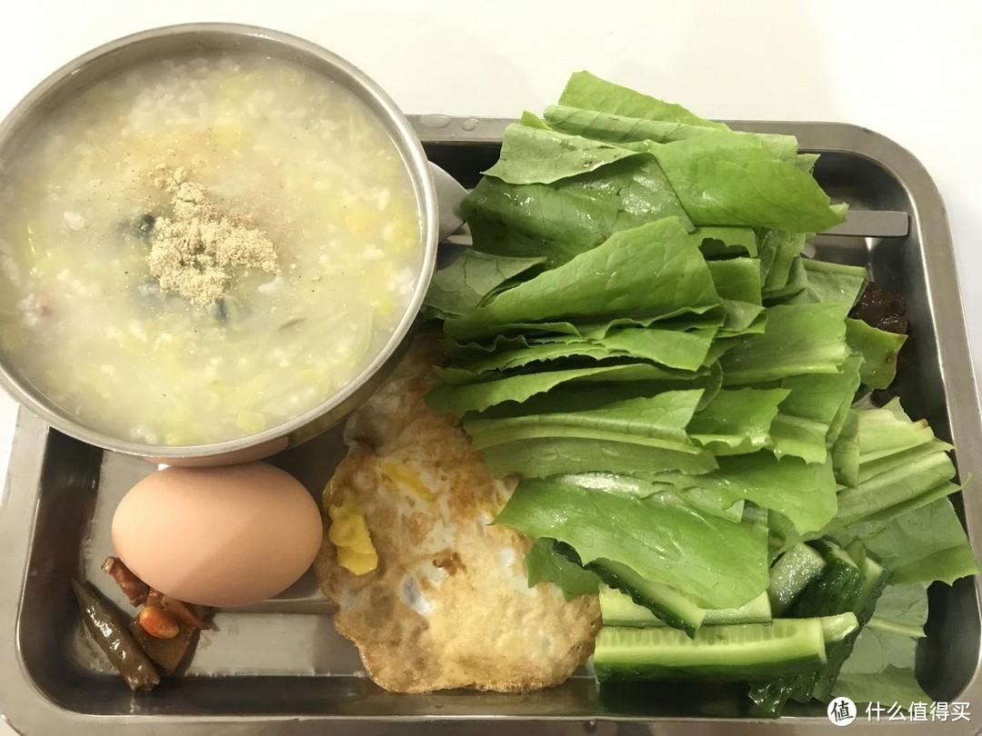 早餐:疙瘩汤,鸡蛋,蔬菜蘸豆瓣酱,牛奶在家喝了,这不是减重餐,这是保持体重餐