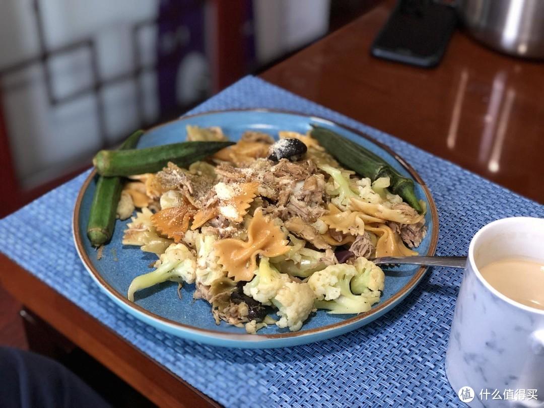 秋葵我焯熟直接吃,不加盐,菜花加一点酱油炒,配蝴蝶意面