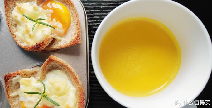 不一样的法式芝士吐司的吃法,搭配浓香的白酱,流心的鸡蛋,搭配一杯浓浓的南瓜糊,太舒服啦