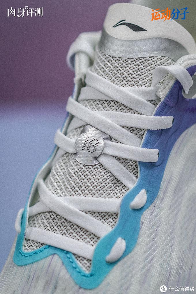 超轻18的鞋带系法,会让鞋面几乎完全贴合住脚背,加上鞋舌本身没有弹性,鞋面也更偏硬支撑感,如果系太紧就容易压迫脚背,尤其是「18」的这个部位