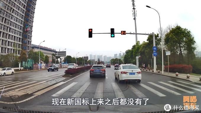 【视频】新国标红绿灯来了,把十几年的老司机都给整蒙了,这设计到底啥意思