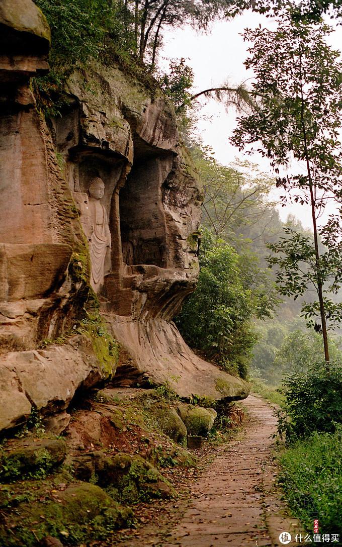 在这样的环境里被崖壁上的石刻看着,还是挺发憷的