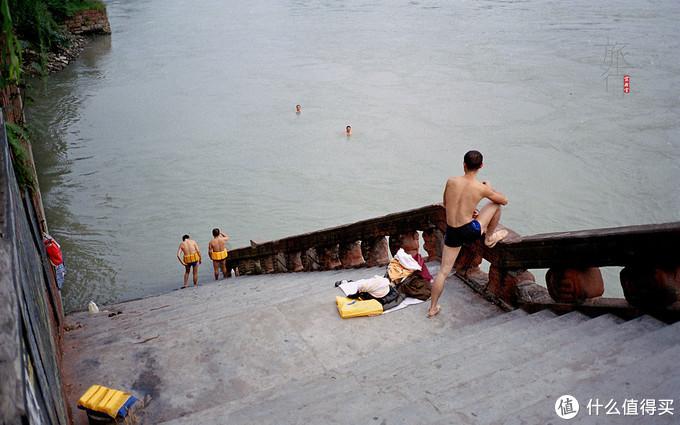 乐山大佛可以远远看到这些游泳的人