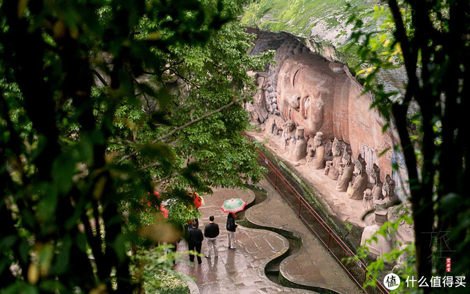 佛陀涅槃像和像前的九曲黄河
