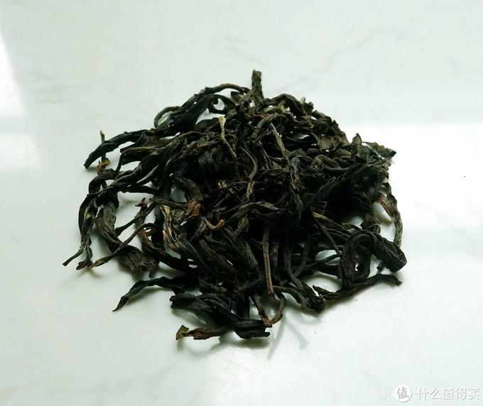 """(靖品号""""古树单枞""""采用的是云南大叶种古树茶叶,以凤凰单枞茶的做法来制作,茶叶看起来与凤凰的雪片茶很接近)"""