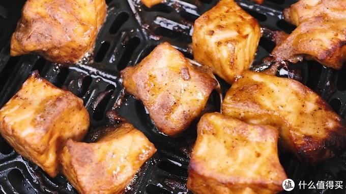 蜜汁三文鱼,吃起来香酥入味,汁水非常的丰富