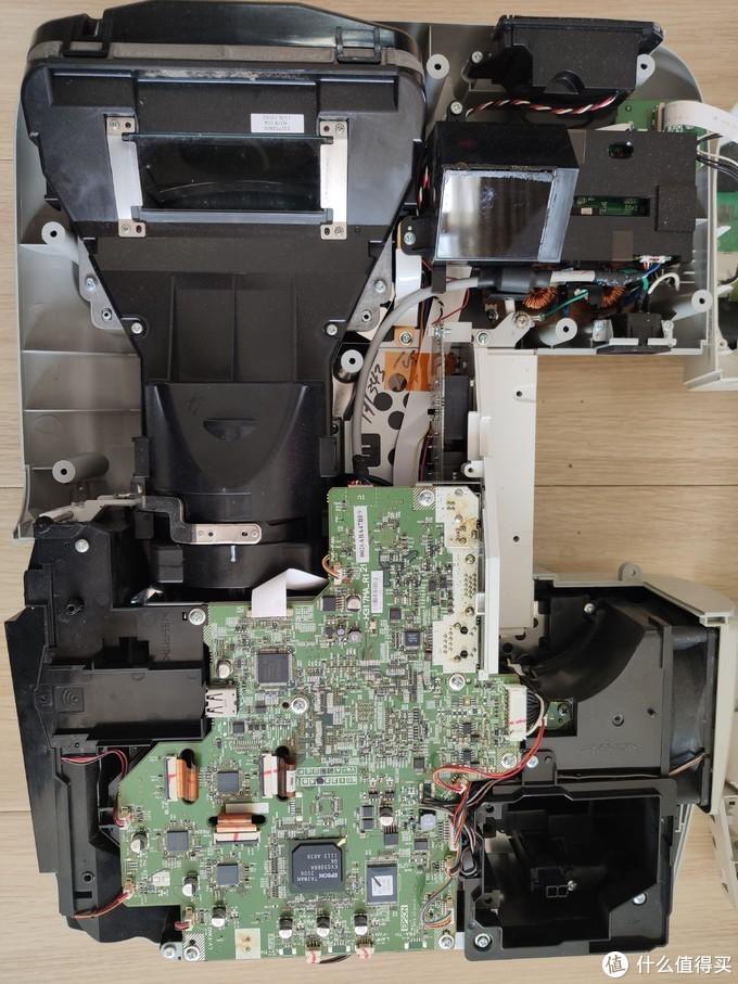 主板左侧为进气部分,右边为排气和灯泡插槽