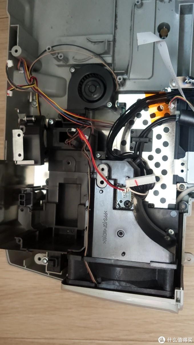 偏光片和灯泡附近的两个涡扇