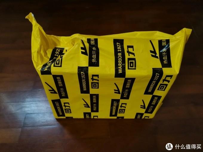 满是logo的塑胶包装袋,很醒目
