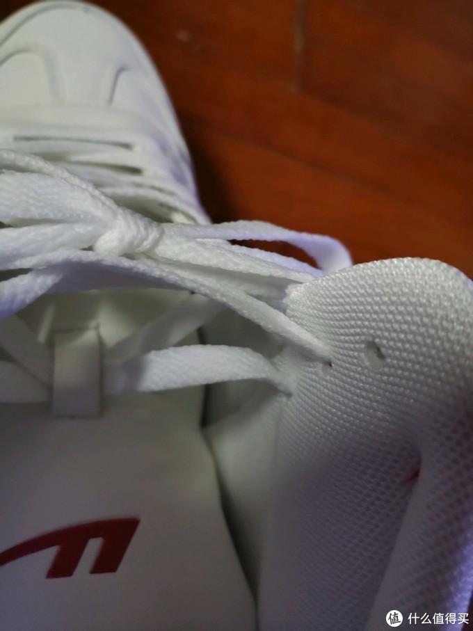鞋带孔外面皮层和内衬有点对不上但不影响