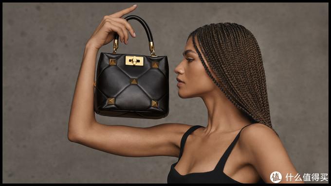 Valentino大钉包再升级,满钉包应该能防身,手拎包倒是乖巧可爱!